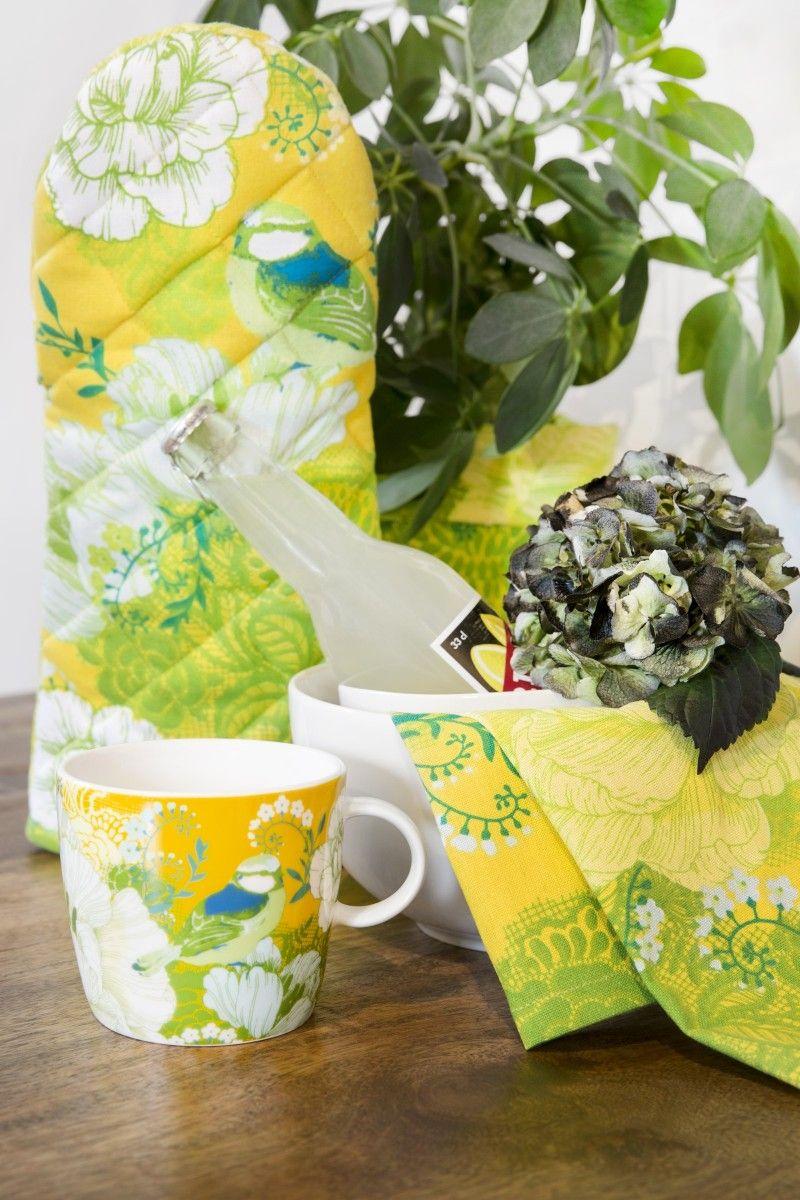 <p>Sinilintu-keittiöpyyhkeen kesäinen kuosi on Vallilan suunnittelija Tanja Orsjoen suunnittelema. Kuosissa esiintyy toinen toistaan kauniimpia kukkia sekä päähenkilö, sinitiainen, istumassa kukinnon reunalla. Kuosi on hyvin