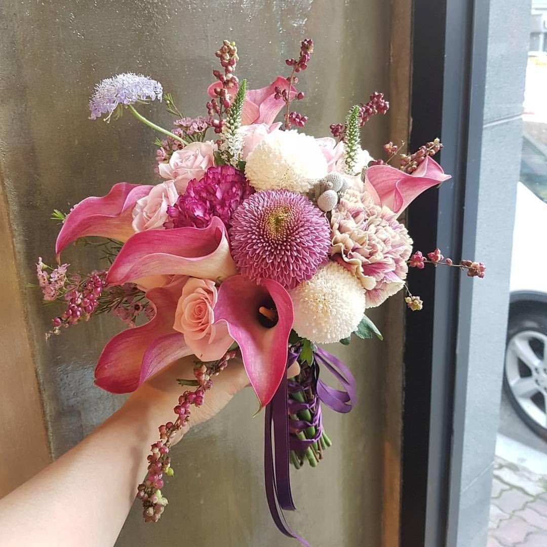 . . . . 11월 하고도 2일🌟  시간아 빨리가랏^^ . . 카라 너 곱구나. . . . . . #민트블룸플라워카페#플라워카페 #mintbloomflowercafe#florist #daily  #flowers #flowerstagram #flowershop  #flowercafe #flowerdecor #weddingbouquet  #handtied #화훼장식기능사 #김해#창원#부산 #삼계동#내동#외동#김해예쁜꽃집#삼계동꽃집 #삼계동카페#인스타그램 #플라워샵 #꽃스타그램#꽃작업#꽃카페#꽃쟁이#전신샷 #좋아요