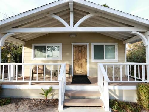 Quercus Acorn Cottage Paso Robles (California) Located in Paso Robles in the California Region, this detached holiday home is 800 metres from Paso Robles Event Center. Guests benefit from terrace.  A dishwasher and an oven can be found in the kitchen.