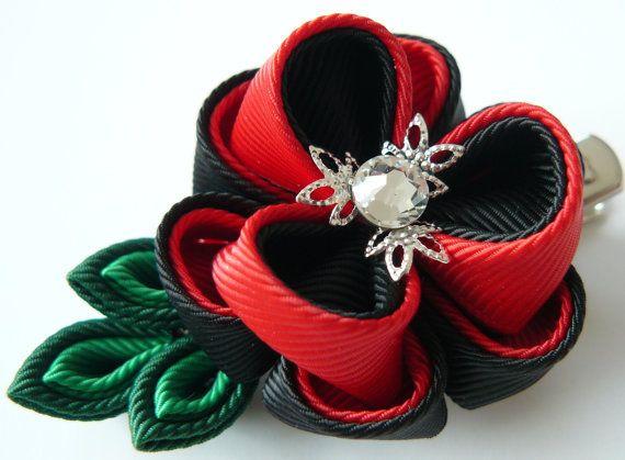 Pinza de pelo de flores de tela Kanzashi. Rojo y negro. por JuLVa