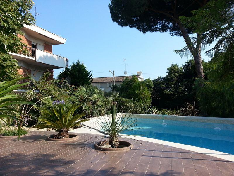 NUOVA OFFERTA     In vendita di una #Villa Unifamiliare con Piscina nella zona di Anzio Marechiaro. 2.000 mq di giardino.