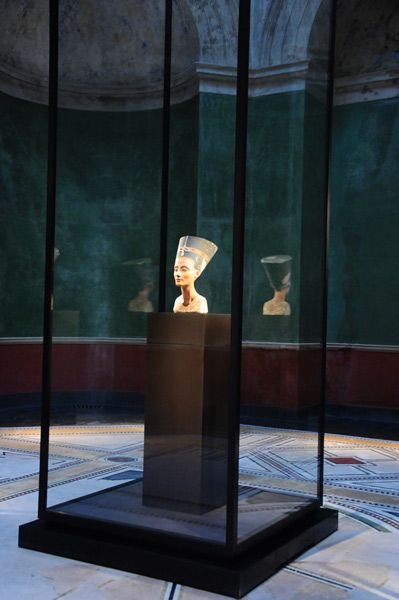 nefertitis bust in her display case at the neues museum