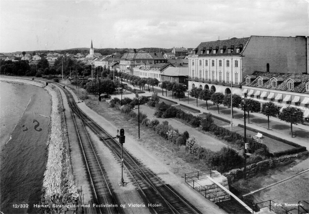 Hamar Hedmark fylke Strandgaten med Festiviteten og Victoria Hotell stp 1946 Foto: Normann