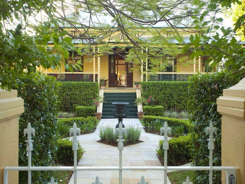 English style formal gardens around a Queenslander in ...