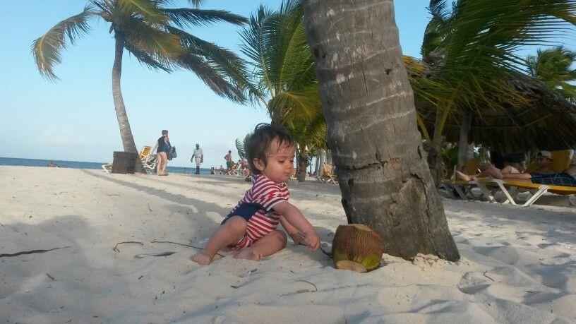 Mi bebé diafrutando de la playa #CataloniaBavaroBeach