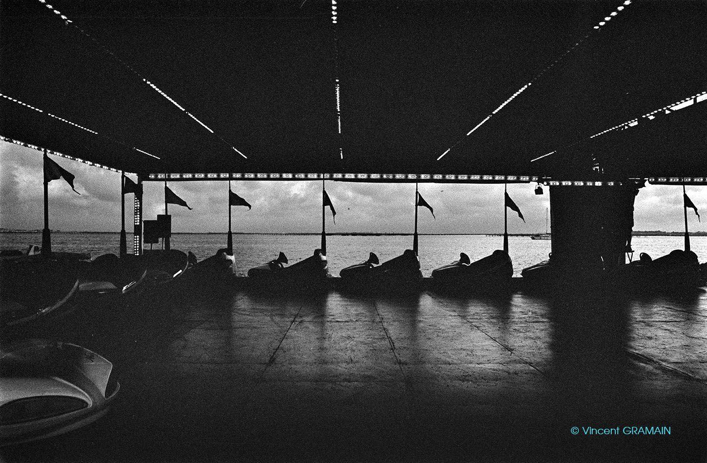 Les Barques de Bouzigues. photo ©Vincent Gramain #bouzigues #bouziguesfrance #languedocroussillon #languedoc #suddelafrance #herault #autotamponneuse #feteforaine #fineart #leica #leicaphotography #darkroomprint #kodak5063 #blackandwhite #noiretblanc #analogphotography
