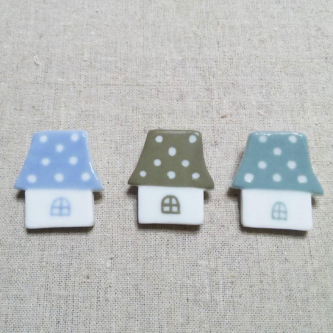 水玉屋根のお家  今日はひたすら貼り付けてブローチピン金具がぎりでした もう少しでブローチ分の貼り付けが終わりそうです  ご注文品でご紹介したグリーンの他にnonojikoブルーとカーキがあります  ブルーを測りました サイズ縦3.5cm横3.3cm厚0.4cm ピンの長さ0.4cm  #陶磁器#陶#nonojiko#磁器#陶器 #家#お家#家ブローチ #水玉屋根#水玉#水玉柄#ドット #ブルー#グリーン#カーキ#色 #ブローチ#ブローチ部#陶器ブローチ #陶ブローチ