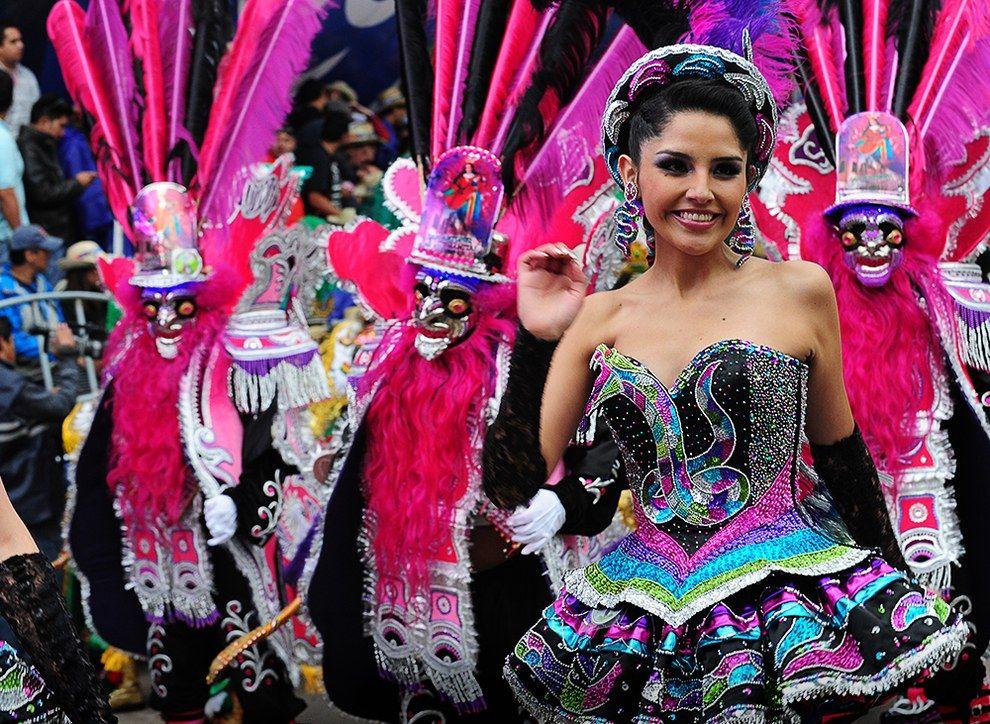 Danzas Como la Morenada empapan el ambiente de folclore y de color . 4bcc3444ea8a