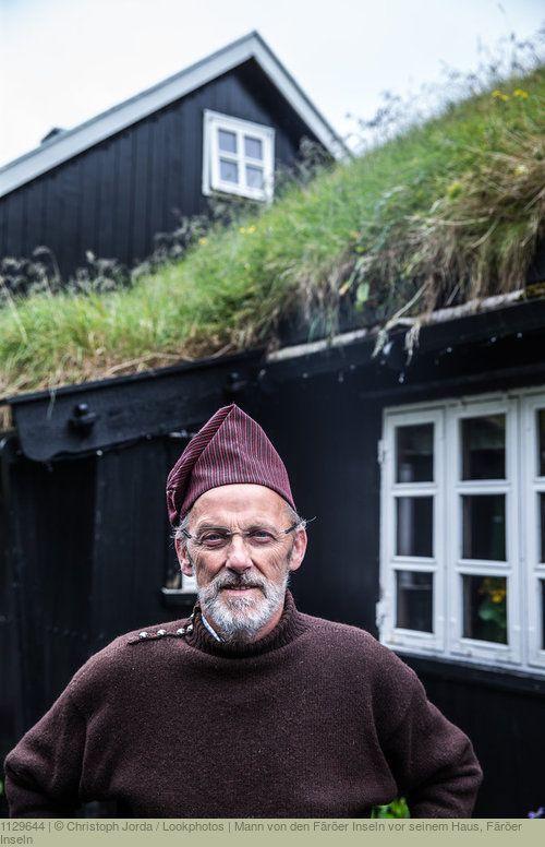 Mann von den Färöer Inseln vor seinem Haus, Färöer Inseln