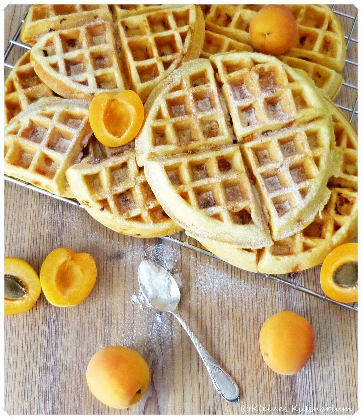 Süß, säuerlich und schön fluffig - so schmecken diese Aprikosen Buttermilch Waffeln. Kinderleicht und mit einem Klecks Sahne genau richtig