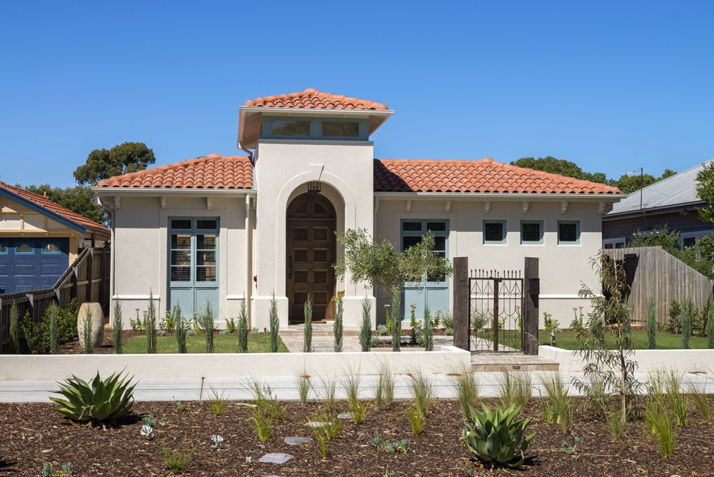 Mediterranean Style Home That Looks Authentic And Ageless But Is Easy To Live In Antique Gate Mediterranean Style Homes Terracotta Roof Terracotta Roof Tiles