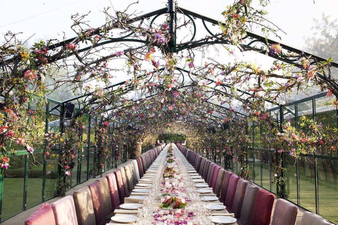 Hochzeit unter Blumengirlanden  DIY Hochzeitsdekoration