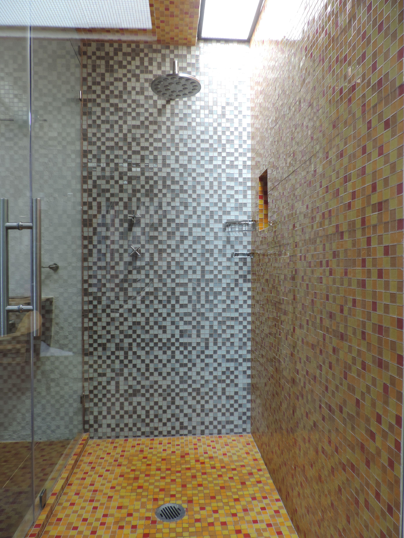 El acabado del la regadera es de mosaico veneciano y los for Regaderas para bano