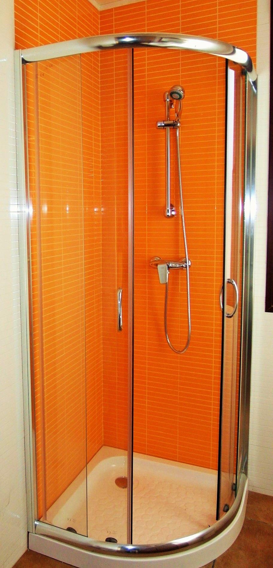 Cabina ducha en casa prefabrida en la sierra de Madrid. www ...