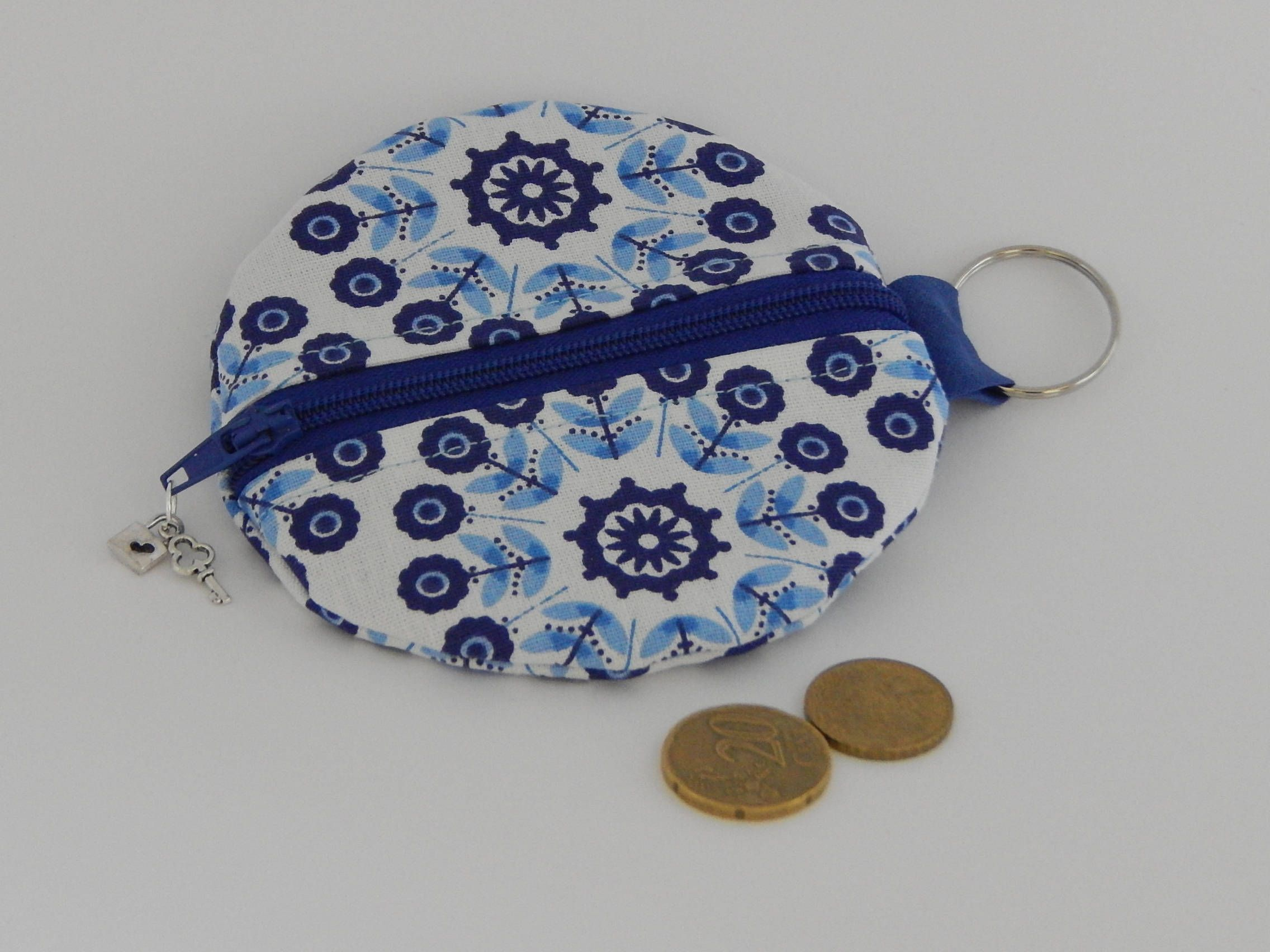 round coin purse / case for your MP3 earplugs or hand spinner in ...