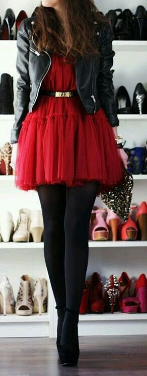 Vestido rojo corto casual con medias negras
