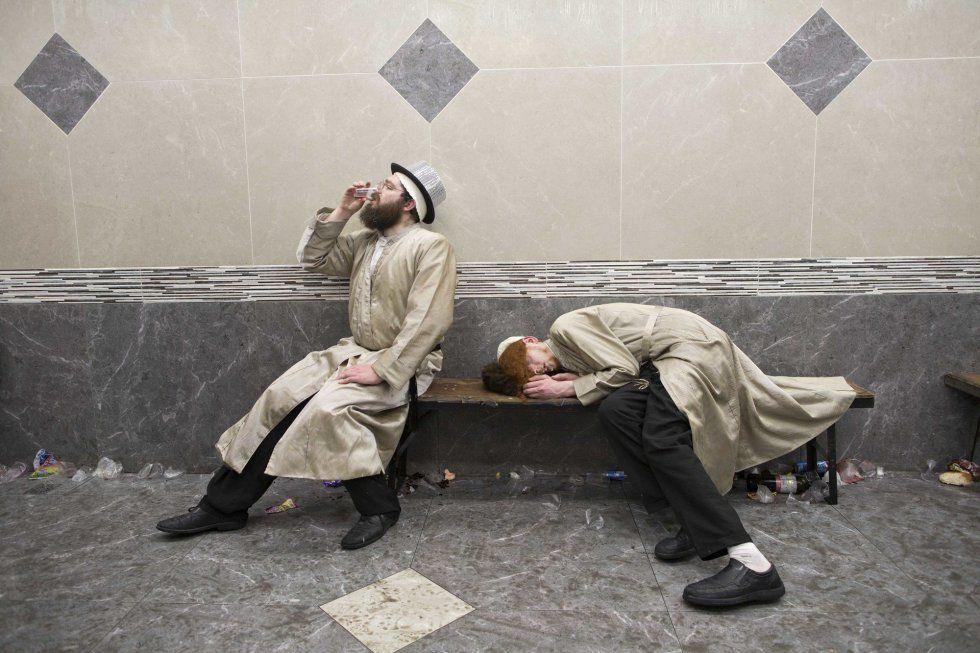 Dos hombres judíos ultraortodoxos celebran con vino la fiesta de Purim, en Jerusalén.