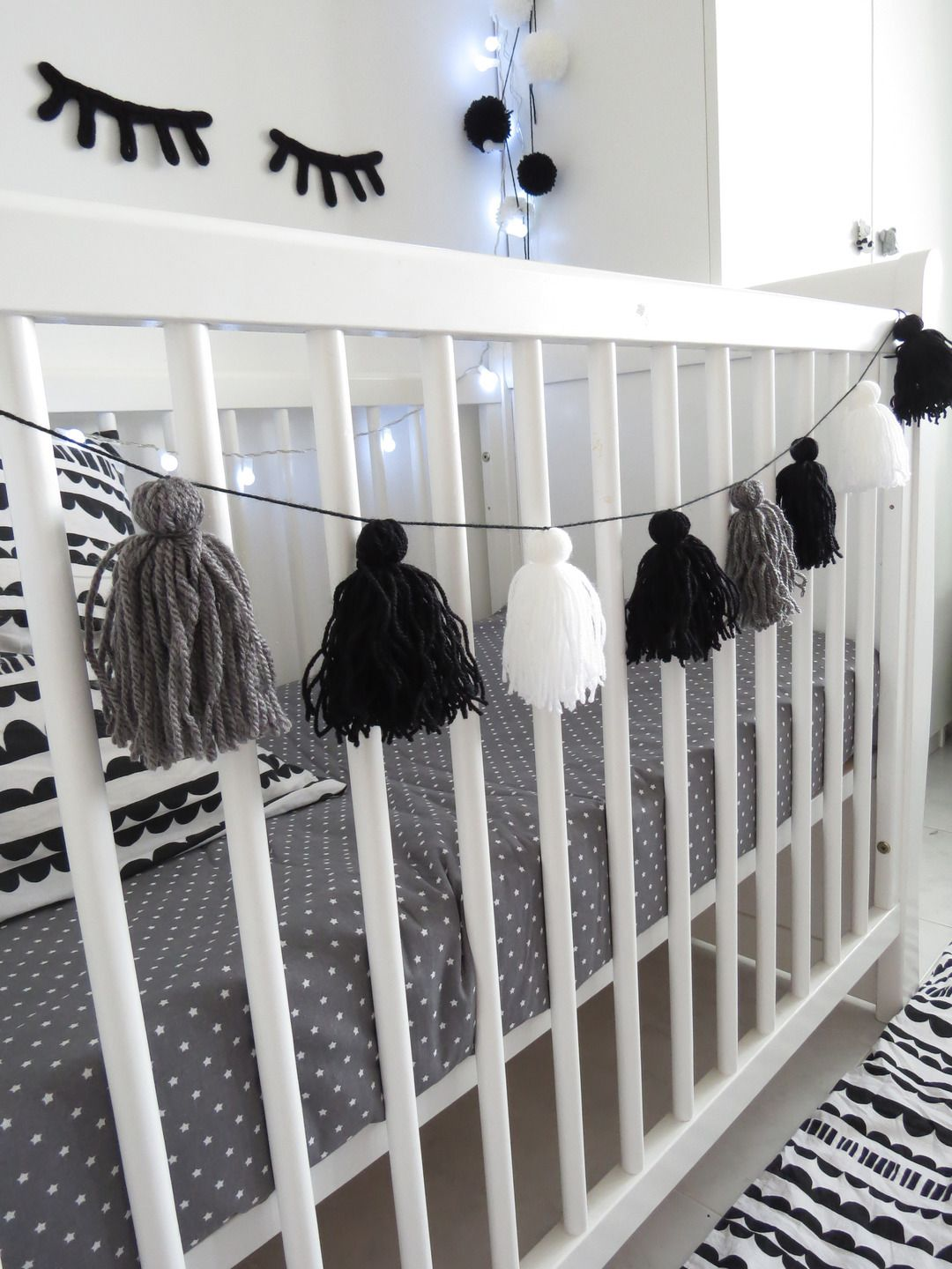 guirlande pompon laine noir gris et blanc scandinave d coration pour enfants par chiaradeco. Black Bedroom Furniture Sets. Home Design Ideas