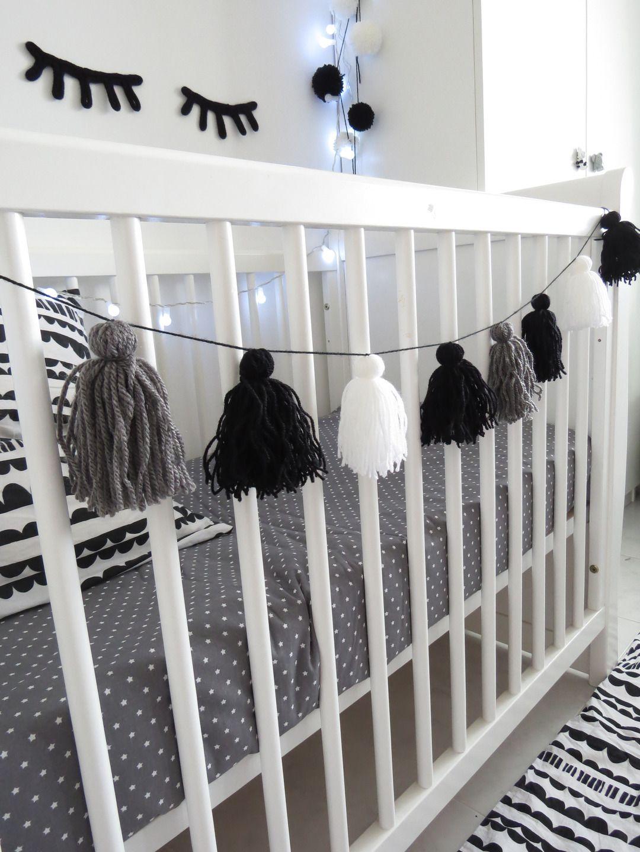 guirlande pompon laine noir gris et blanc scandinave d coration pour enfants par chiaradeco. Black Bedroom Furniture Sets. Home Design Ideas