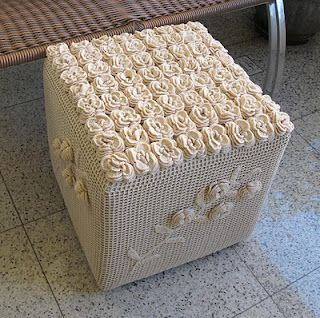 Pouf and crochet flowers ... cute ...