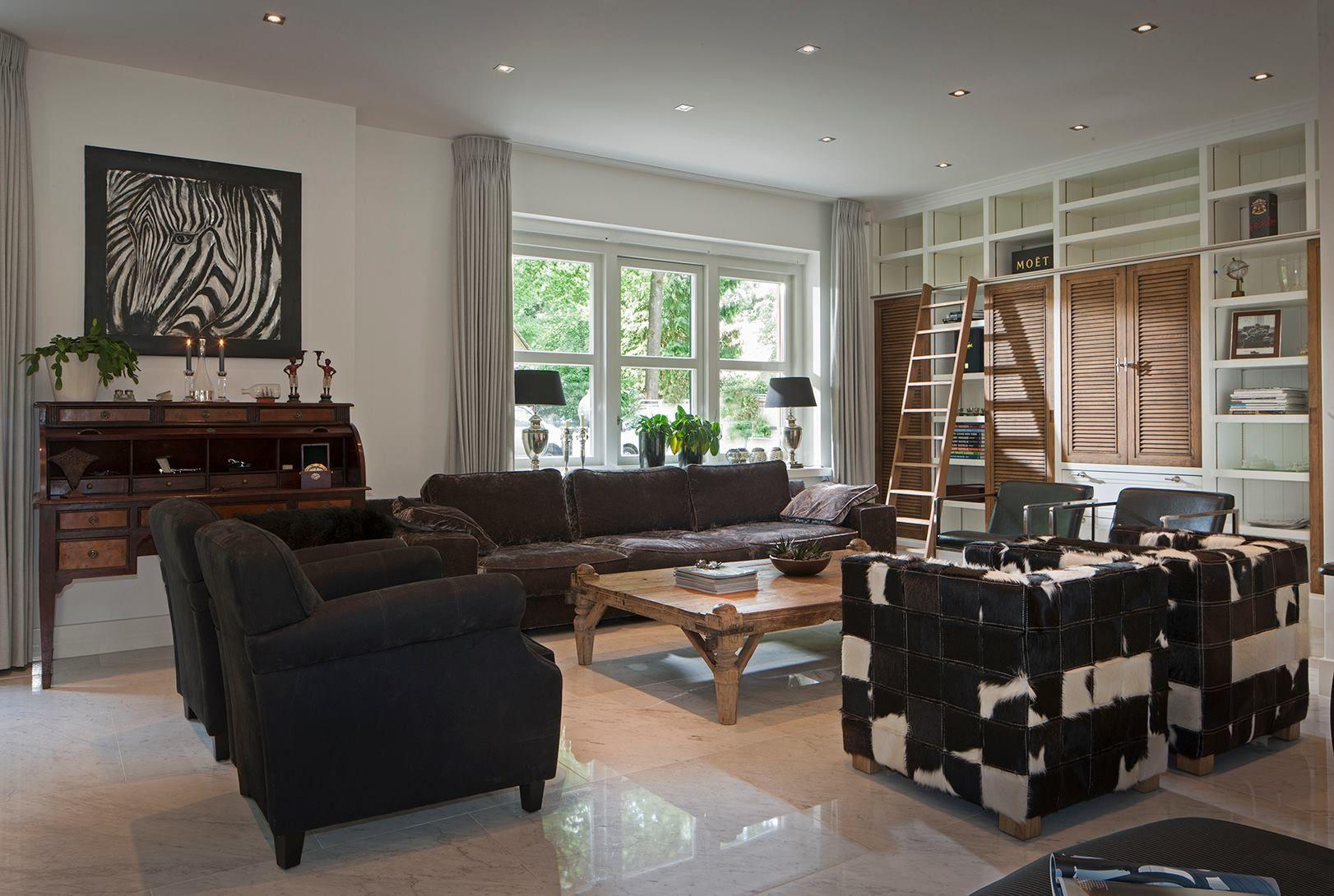 Woonkamer Ideeen Bruin : Mooie woonkamer waarin zwart wit en bruin prachtig met elkaar