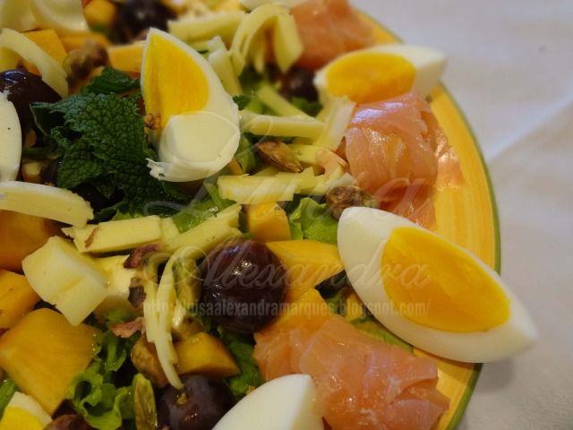 Salada fresca de Alface e Frutas com Ovo e Salmão Fumado