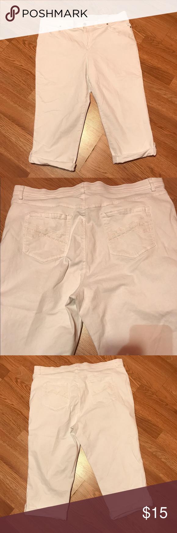 "Gloria Vanderbilt Capris Pants Good condition. No flaws. Has spandex. Elastic at the waist & button closure. Zipper fly. Inseam 19"" Size 18W Gloria Vanderbilt Pants Capris"