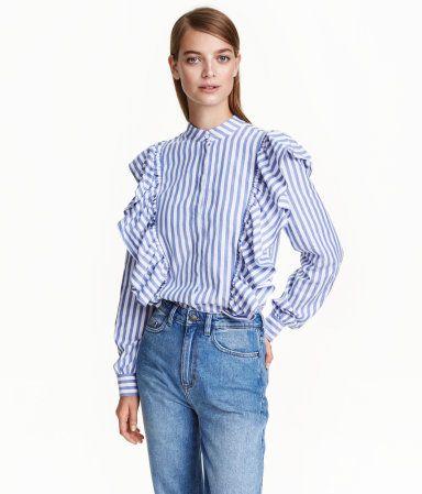 Hvit. En bluse i vevd bomullskvalitet med lav krage. Blusen har skjult knapping…