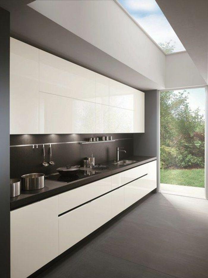 Cocina blanca y gris cocina moderna ventana francesa techo for Diseno de cocina francesa