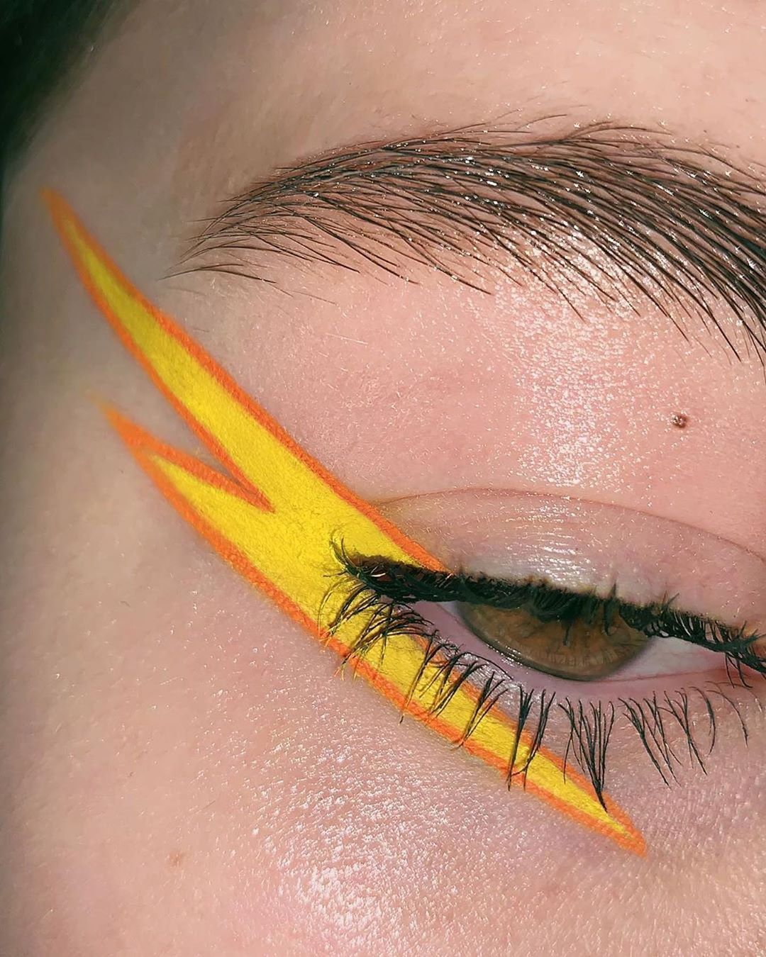 "Photo of Ow Art Gus on Instagram: ""• @polinavazhenina ⚡️⚡️⚡️ Used: @krygina.cosmetics Concrete Yellow, Mandarin . . . #Graphiceyeliner #uniquemakeup #graphicmakeup…"""