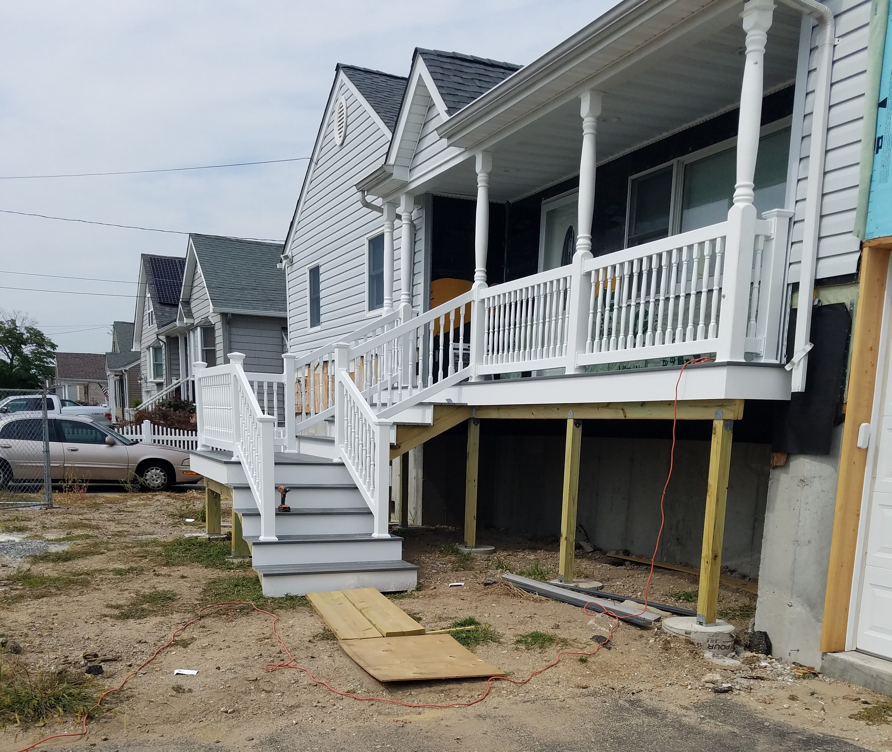 36 Spindle Pvc Railings On An Elevated Raised Home In Massapequa Ny Fabricated And Installed By Liberty Fence Raili With Images House Styles Installation Pvc Railing