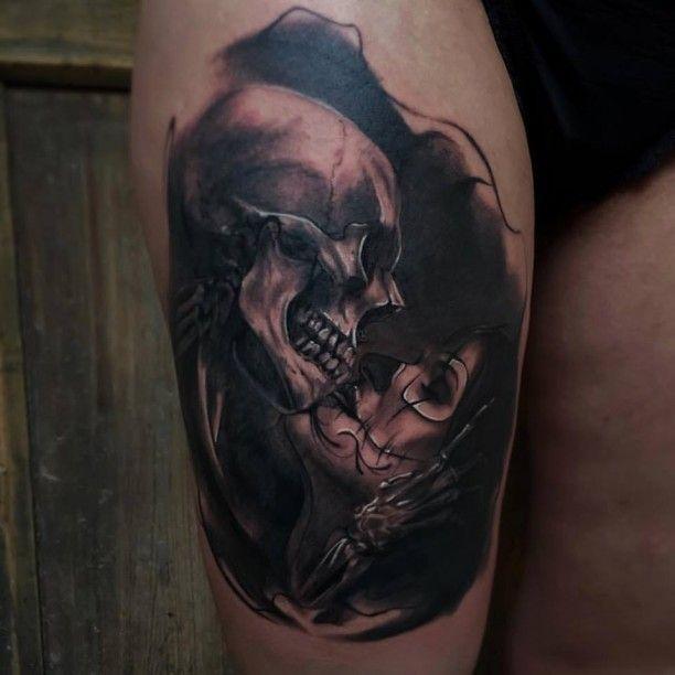 Tattoo Frau Kusst Schadel Ink Tattoos Tattoo Designs Tattoos