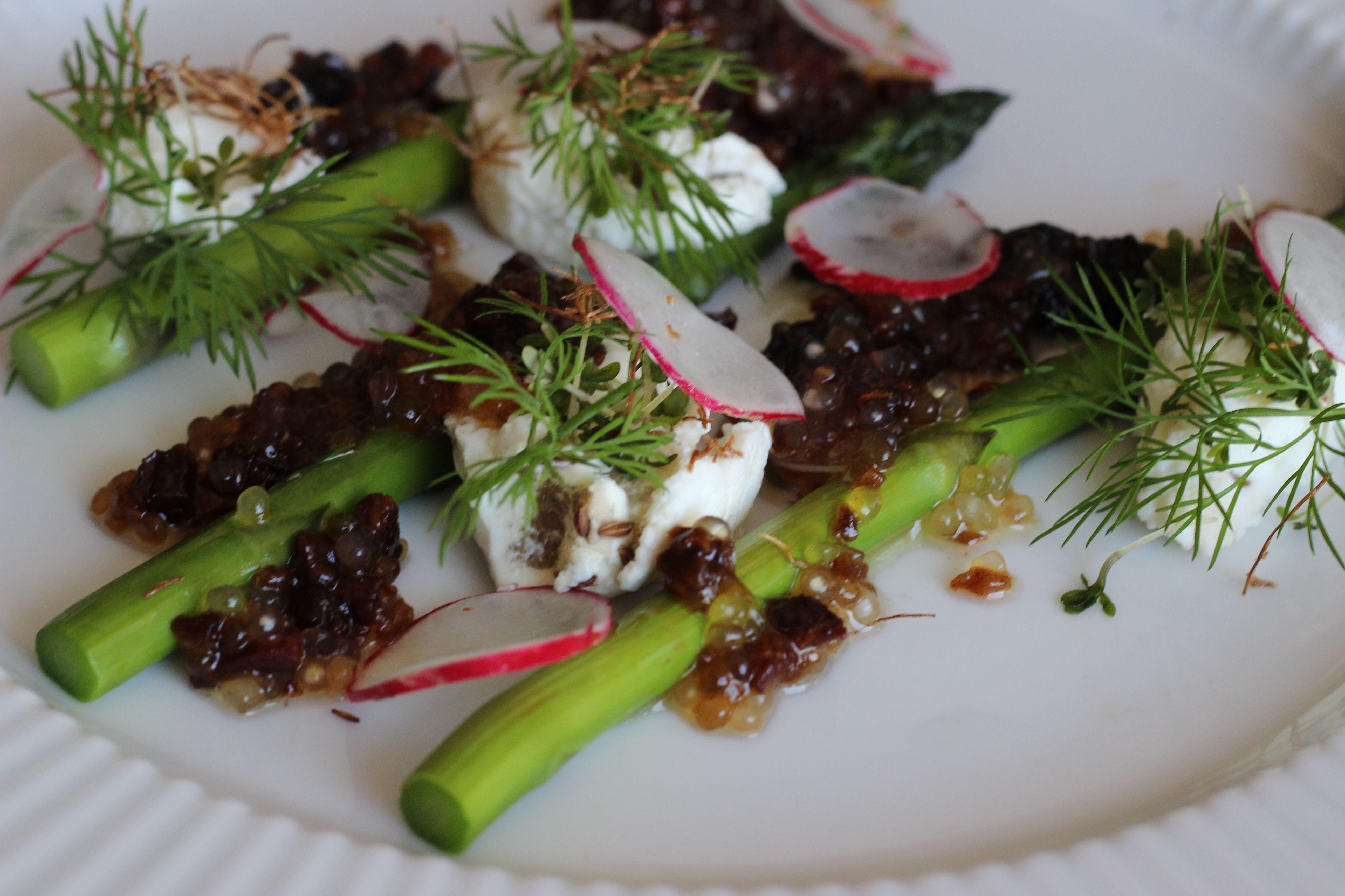 Det er forår, og det er tid til floskler og klichéer. Og asparges. Masser af asparges. Her serveret med morkler og fynsk rygeost. Nemt og lækkert.