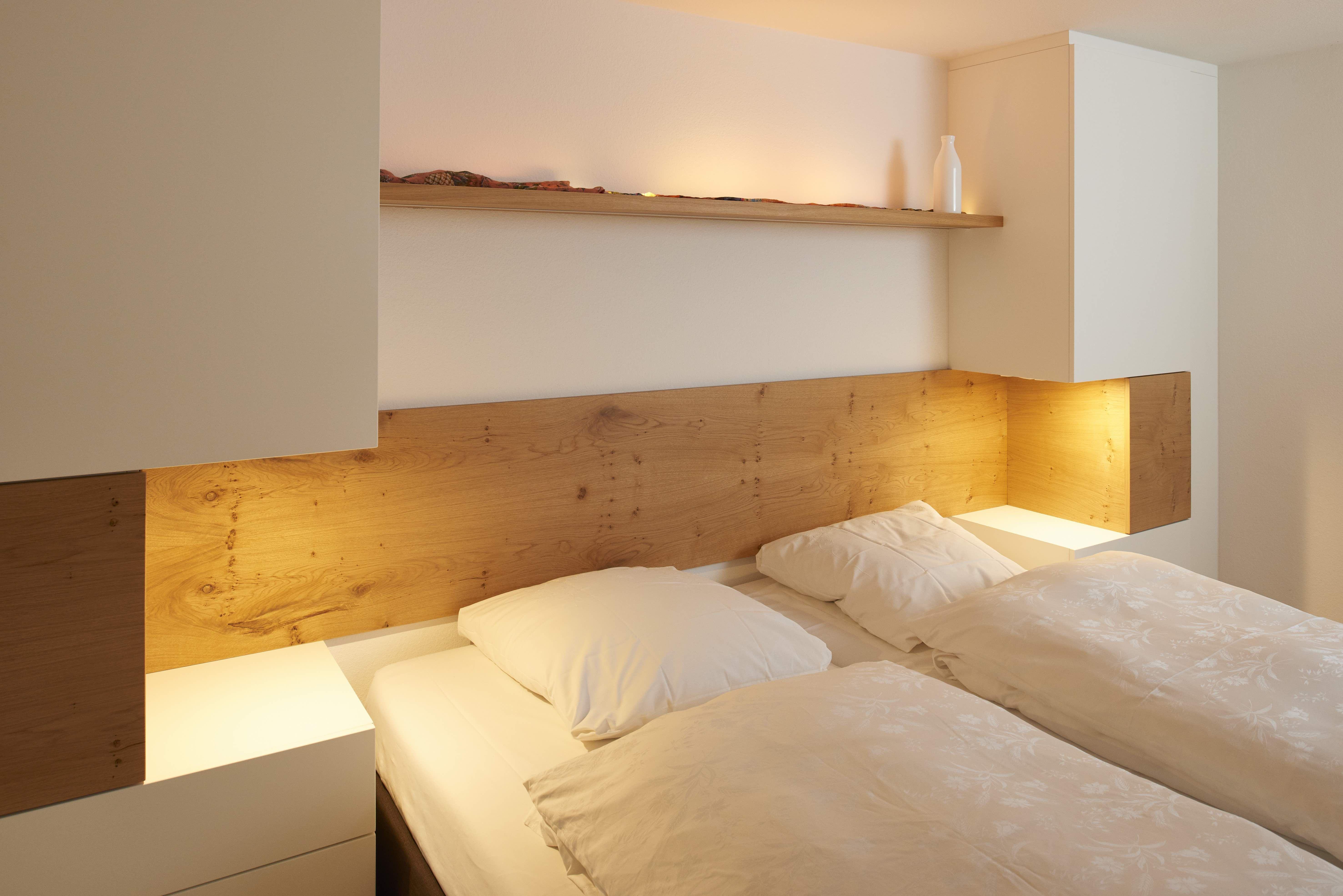 In Diesem Schlafzimmer Ist Das Betthaupt Aus Eiche Furnier In Astiger  Ausführung Inkl. Indirekter LED