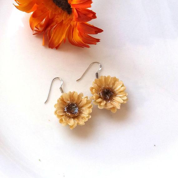 Daisy Earrings Real Flower Earrings For Women 1 Year Anniversary Jewelry For Her Daisy Flower Earrings Resin Flower Jewelry Flower Jewelry In 2019 Flower Earrings Real Flowers Anniversary Jewelry