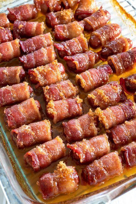 Kleine Smokies Nach dem Backen mit Bacon mit braunem Zucker umwickelt. #Appetizers #appetizerseasy #easyappetizerideas #superbowlparty - Essen İdeen #footballfood