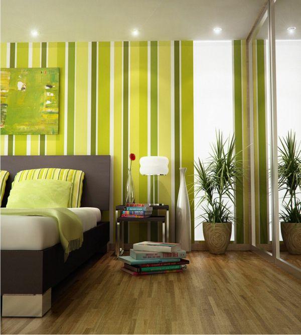 grüne dekokissen und grüne linien an den wänden im schlafzimmer - tapeten f r schlafzimmer