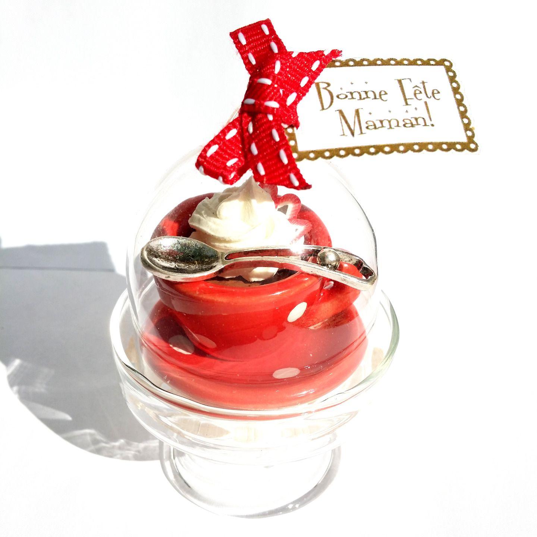"""""""Le Chocolat Viennois"""" - miniature gourmande, plat à gâteau sur pied, cloche de verre. Copyright Sergent Mémère Créations (c) Hommage à... LA GOURMANDISE! ☕ Une bonne idée pour une maman gourmande à l'approche de la Fête des Mères... #sergentmemere #sergentmemerecréations #bijoufaitmain #homemadejewelry #handmadejewelry #madeinfrance #pieceunique #fetedesmeres #maman #cadeau #mothersday #chocolat #gourmandise #chantilly #fraise #rougeapoisblancs #polkadot #doily"""