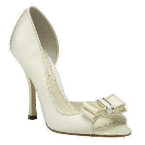 En Riomar fotógrafos nos gustan estos elegantes zapatos de novia con  atractivo lazo delante. http
