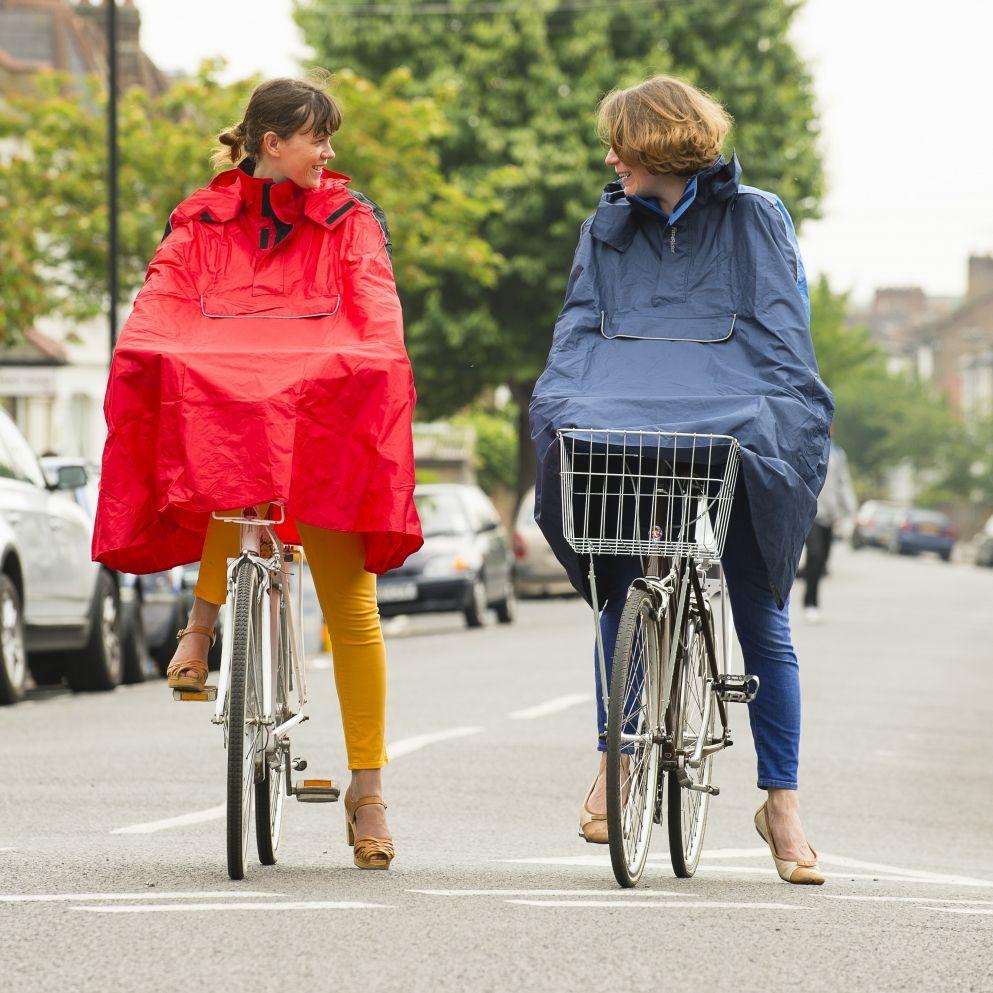 Beim Fahrradfahren - ein Regencape ist unentbehrlich