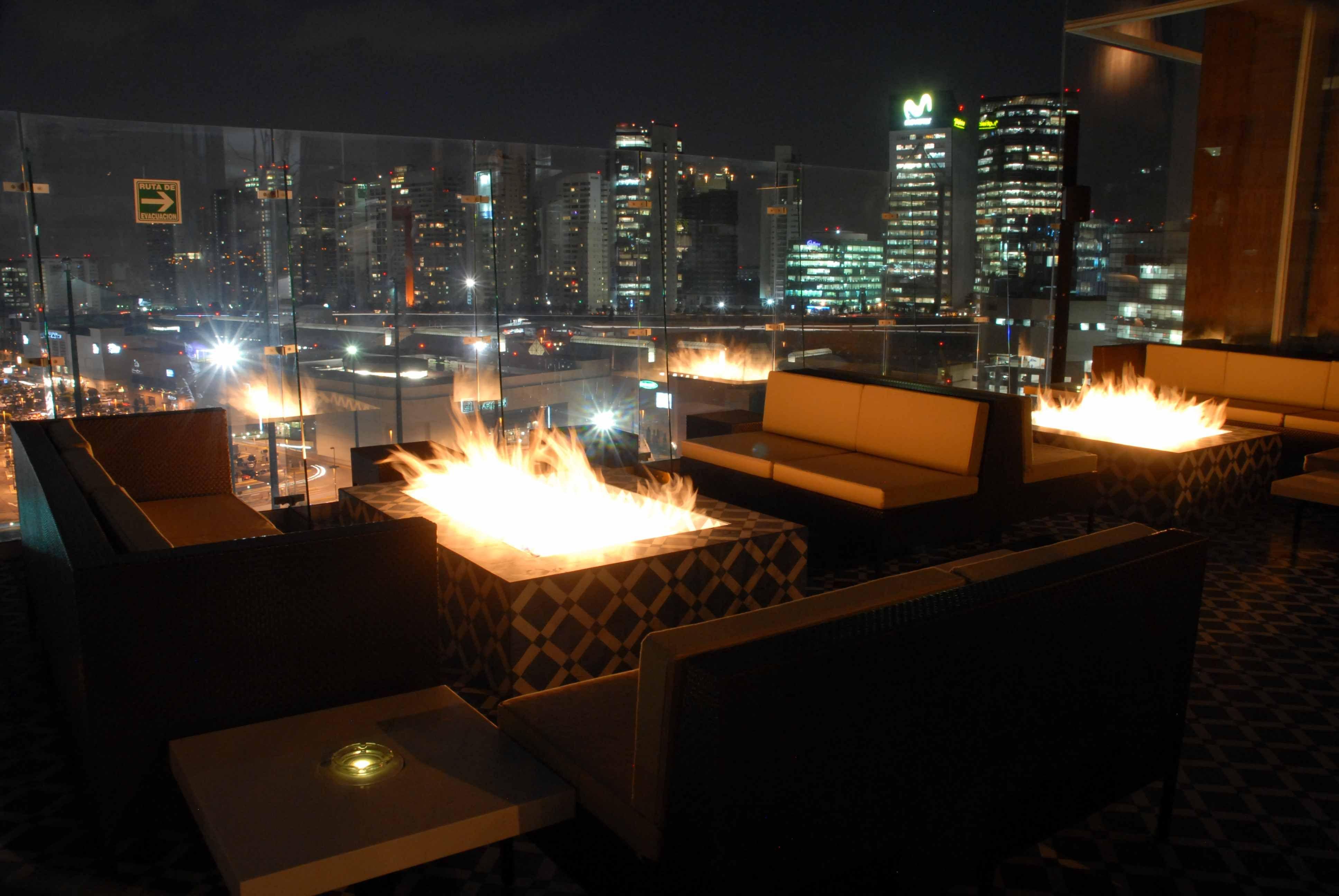 Disfruta De La Vista Nocturna De La Ciudad Desde La Terraza