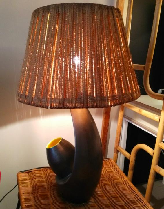 lampe de table avec pied en ceramique et abat jour en raphia annees 1950