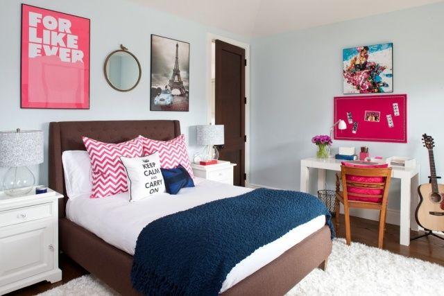chambre ado fille bleu pastel avec tapis shaggy blanc et accents de couleurs