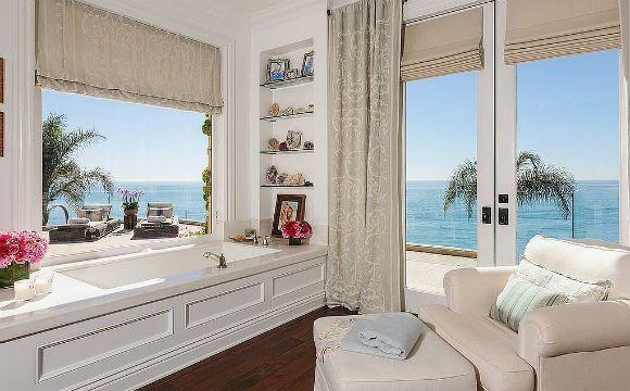 Sonho de consumo..... A apresentadora americana Yolanda Foster tem um banheiro com vista panorâmica para o balneário de Beverly Hills. Uma maneira espetacular para tomar banho (Foto: Reprodução/Chris Cortazzo)
