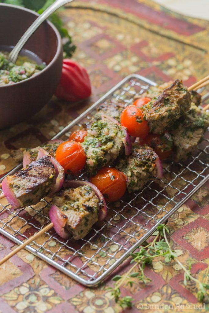 Brochettes d'agneau sauce chimichurri | Brochette agneau, Idee recette barbecue, Brochette