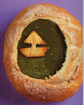 Es una deliciosa crema de espinacas, servida en un sencillo pan francés con adornos de barquitos flotando en ella.