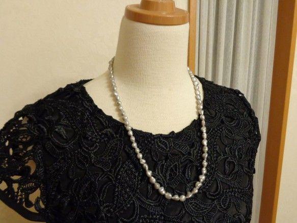 まるで南洋真珠のケシのような?? 素敵なニュアンスのグレーのネックレスです。 形一つ一つが個性的で、品もあるので このネックレスをつけた人のオシャレを ぐっグ...|ハンドメイド、手作り、手仕事品の通販・販売・購入ならCreema。