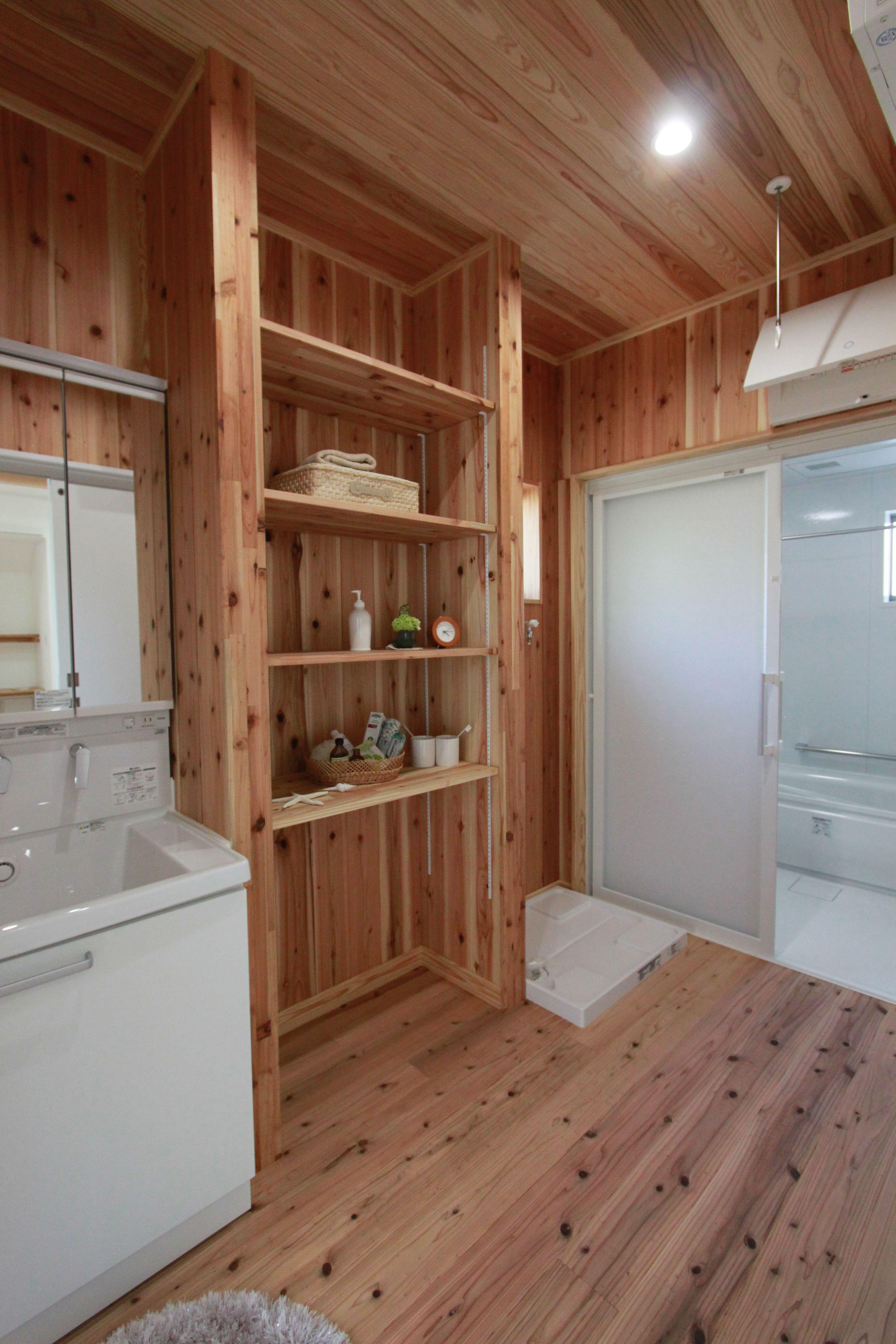 脱衣室は床も壁も天井も全部木材 お風呂あがりもさっぱり気持ちが