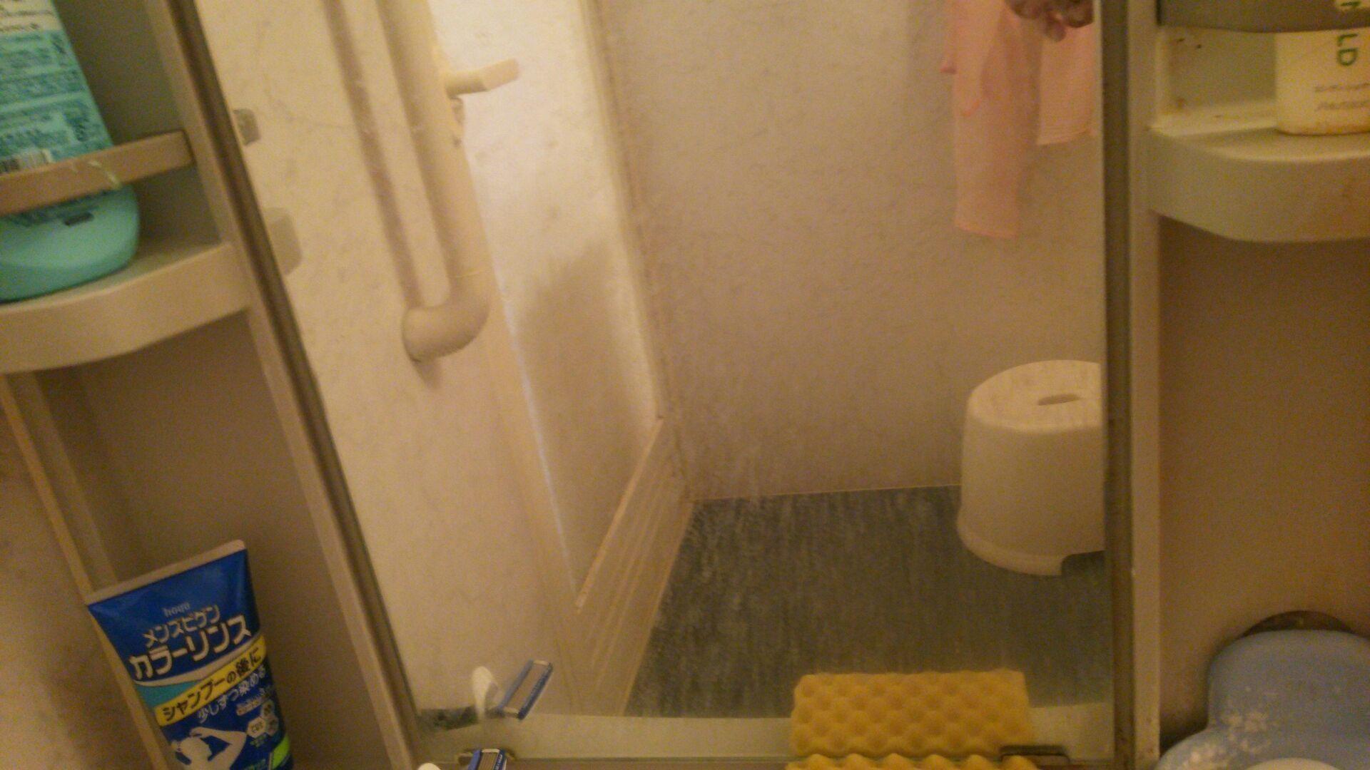 不動産業者が 鏡うろこ と呼ぶ しつこい水垢には デニム 歯磨き粉
