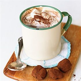 Varm choklad med mintgrädde | Hot chocolate with honey chocolate truffles (link to the recipe in the recipe) and whipped mint cream